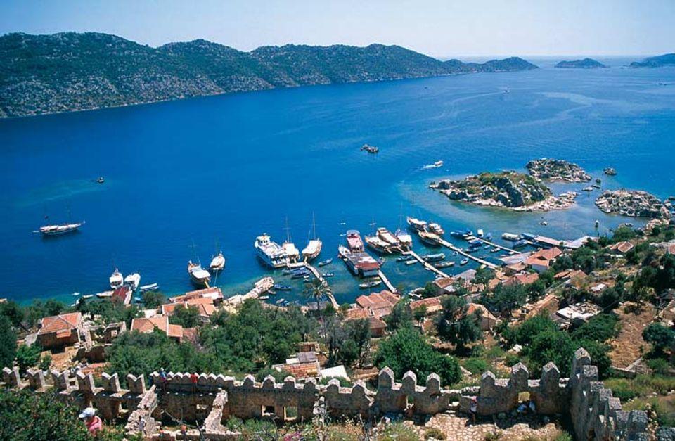 Die Lykische Küste ist eine der reizvollsten Landschaften der Türkei. Antike Amphitheater, lykische Felsgräber und kleine Fischerstädtchen machen den Reiz aus