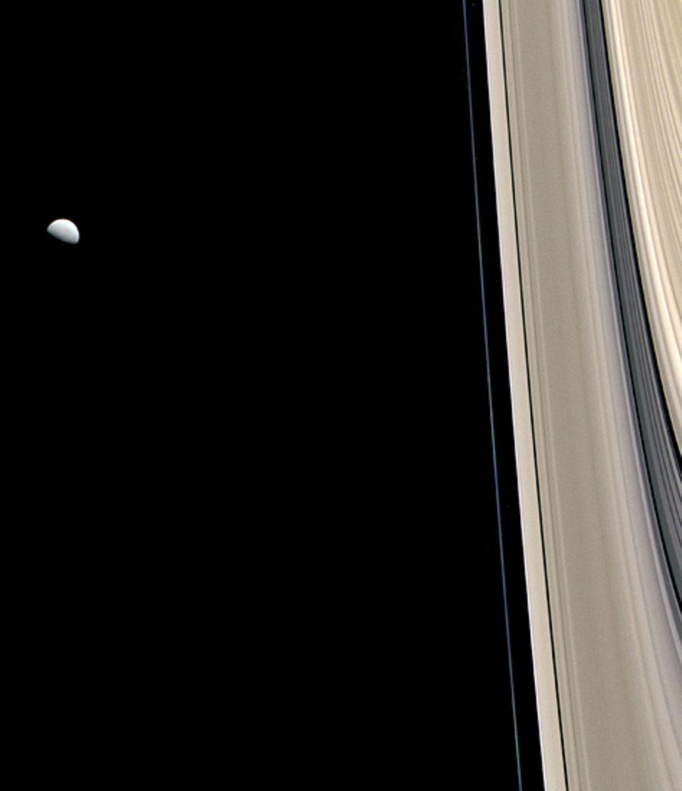 Mehr als 100.000 einzelne Ringe sind am Saturn unterscheidbar. Sie bestehen vor allem aus Brocken fast reinen Eises, die den Planeten umkreisen