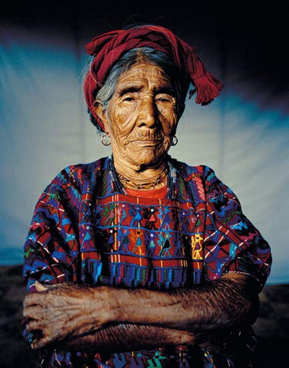 Jedes Dorf hat eigene Muster; diese Frau trägt die Tracht von Santa Catarina Palopó
