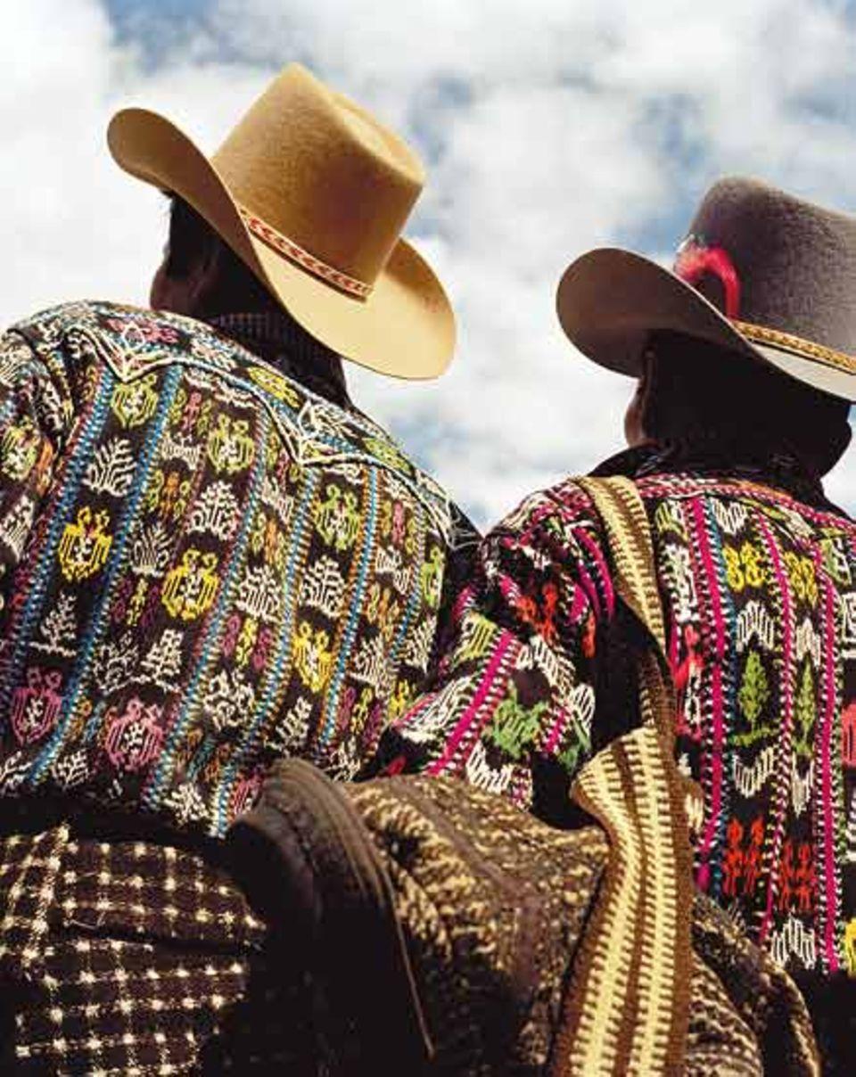 Junge Bauern in Sololá tragen stolz ihre Ponchos mit traditionellen Mustern