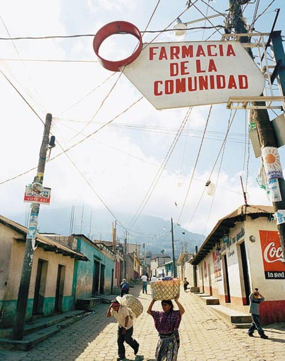 Reisenden, die den Volcán de Agua besteigen wollen, machen gern Station im nahen Santa María de Jesús, wo sie - falls erforderlich - auch eine Apotheke vorfinden
