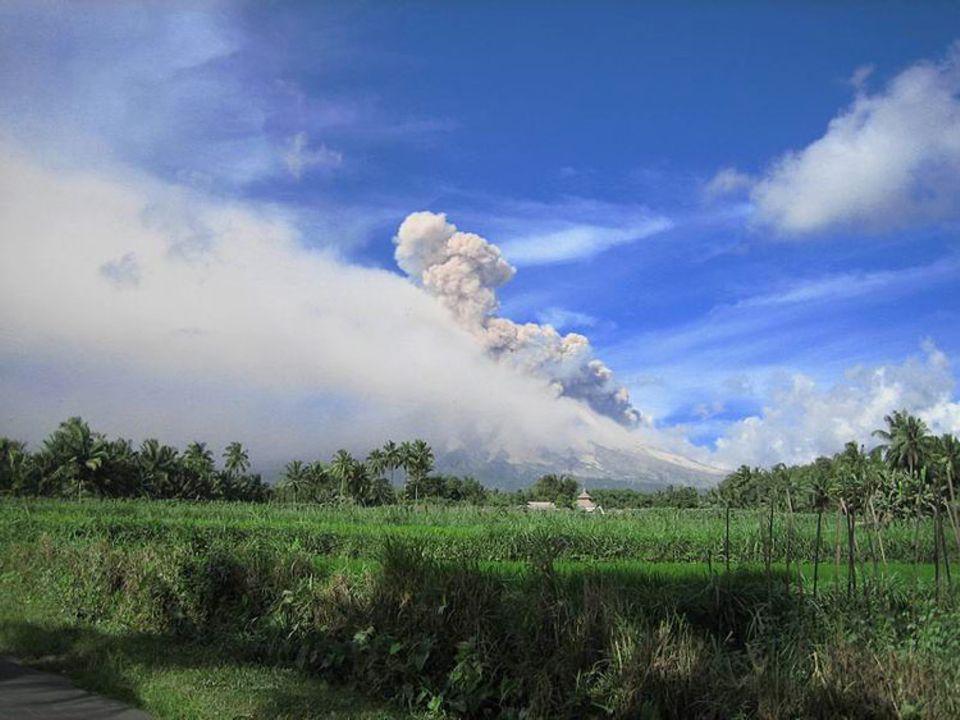 Die Aktivität am Vulkan Merapi: Aufsteigene Phoenixwolke nach einer Feuerwolke