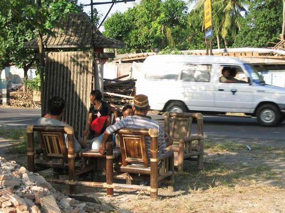 Ihnen ist nichts mehr geblieben: Diese Familie lebt auf einem Sofa an der Straße