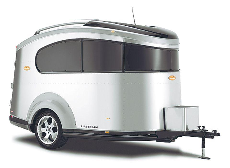 """Legendär sind die riesigen Chromliner des US-Herstellers Airstream. Das Modell """"Basecamp"""" ist ein kleiner Ableger für den europäischen Markt"""
