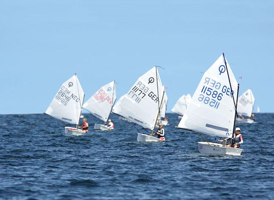 Bei schwachem Wind erweist sich, welche Segler die Sprache des Windes und des Wassers am besten verstehen. Kleine Kräuselungen auf den Wellen verraten zum Beispiel, wo eine Böe über das Meer rollt. Sie gilt es zu erkennen und auszunutzen