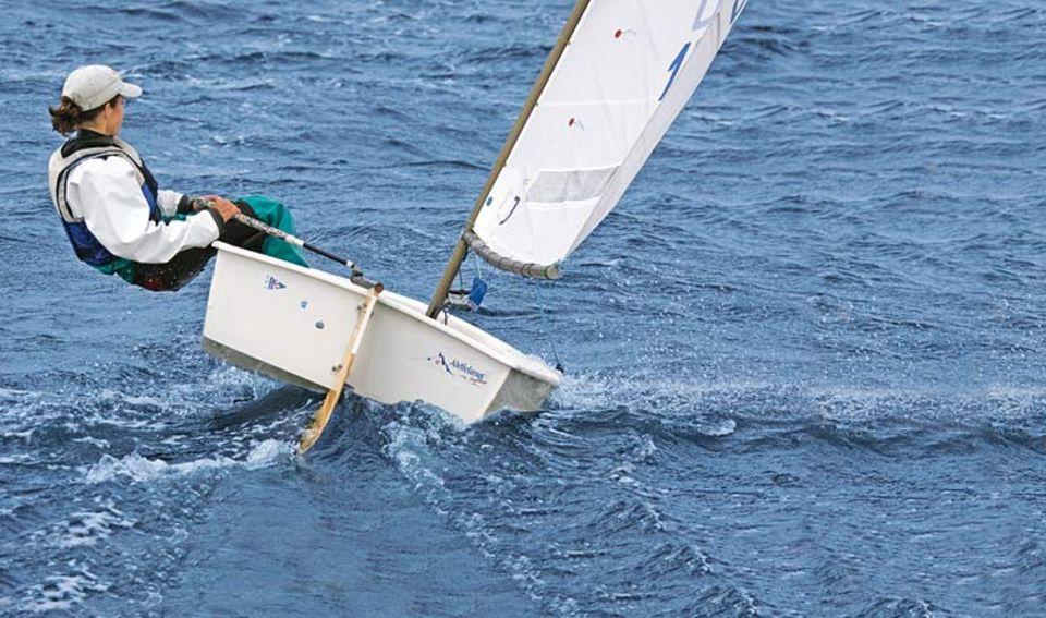 Drückt der Wind mit Wucht in das Segel, hängen sich die Sportler weit aus dem Boot, um es im Gleichgewicht zu halten. Speziell verstärkte »Ausreithosen« schützen sie dabei vor blauen Flecken an den Oberschenkeln. Gegen den Bauchmuskelkater hilft aber nur Krafttraining