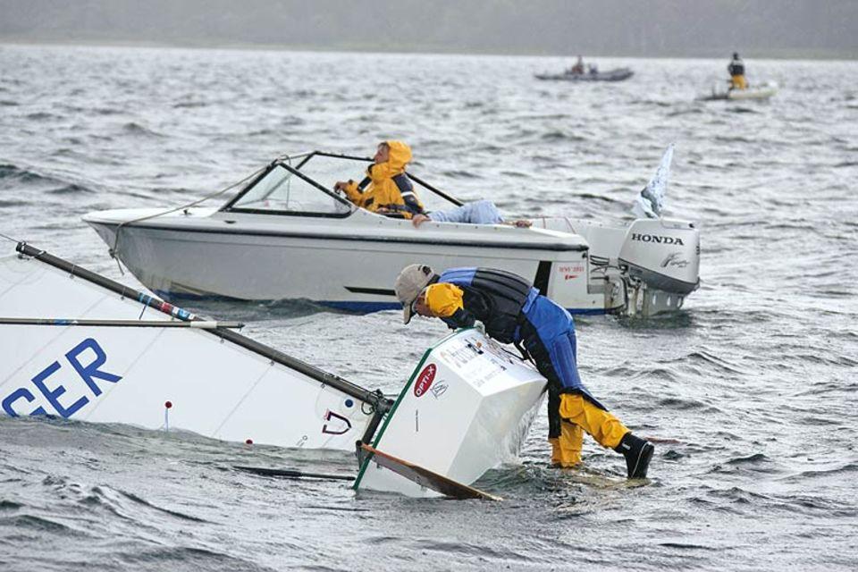Aufgeben gilt nicht, auch nicht, wenn das Boot »kieloben« liegt. Wie dieser Junge zeigt, lassen sich die leichten Optis blitzschnell wieder aufrichten
