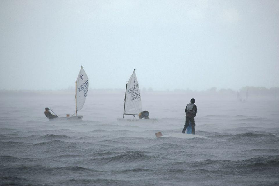 Als das Unwetter losbricht, herrscht Untergangsstimmung: Einige haben den Kampf gegen den Wind sofort verloren und sind gekentert. Andere schöpfen verzweifelt gegen Regen und überschwappende Wellen an. Kaum ein Starter beendet das Rennen ohne Zwangspause