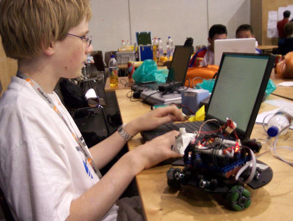 Die Roboter müssen programmiert werden. Je nach Aufgabe, bekommt jeder eine eigene Software