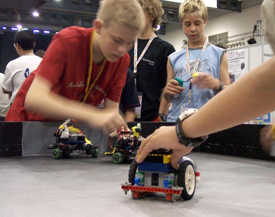 Schnell werden noch die letzten Feinheiten am Roboter eingestellt, dann geht es aufs Spielfeld