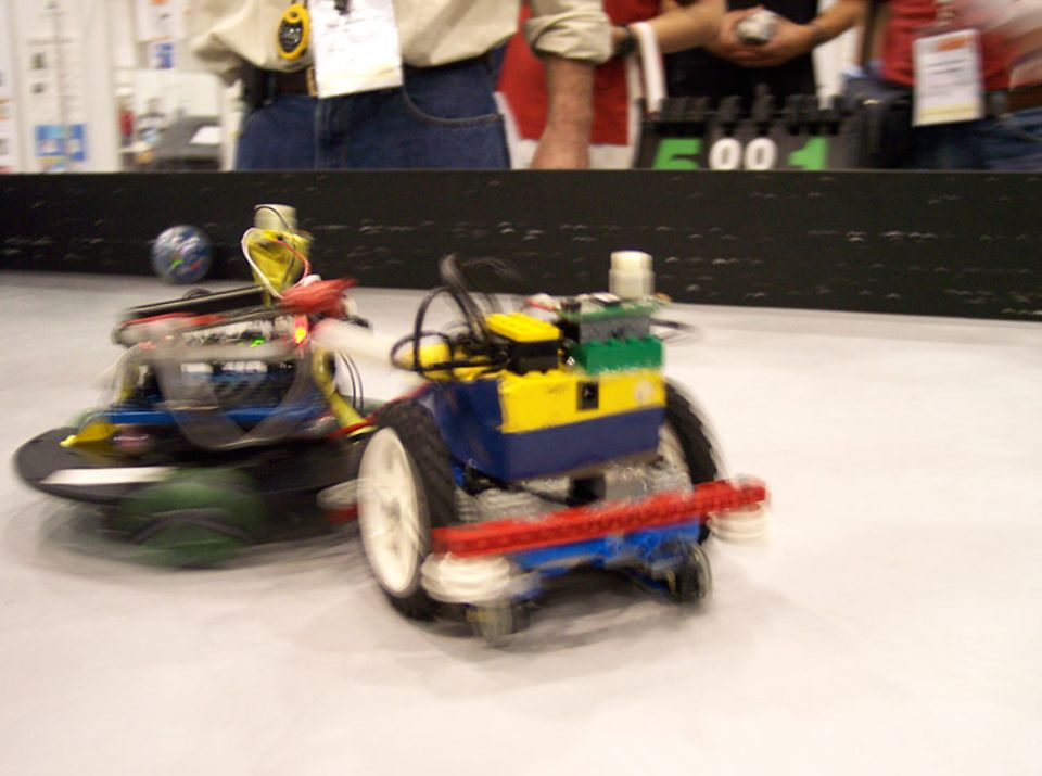 Wie die Junioren der RoboCup-Weltmeisterschaft ihre Roboter anfertigen, bleibt ihnen überlassen. Die meisten Teams greifen auf gängige Bausätze zurück