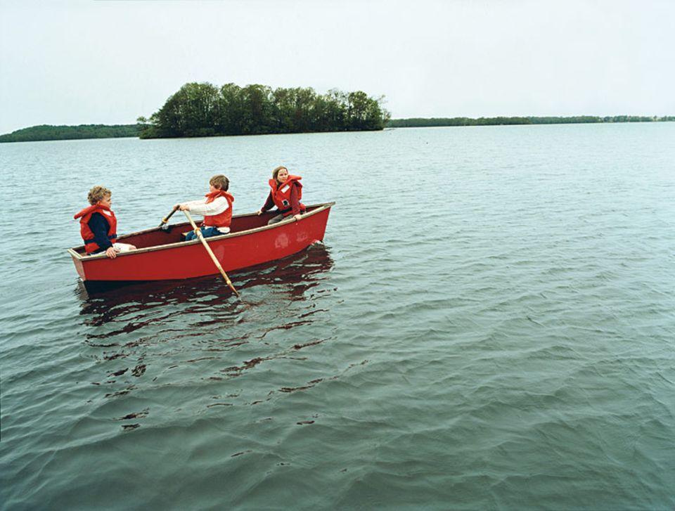 Bei Nikolina und Jonas liegt das Boot vor der Haustür. Andere Besucher können sich Kanus oder Ruderboote einfach mieten. Schwimmwesten bekommt man zur Sicherheit gleich dazu