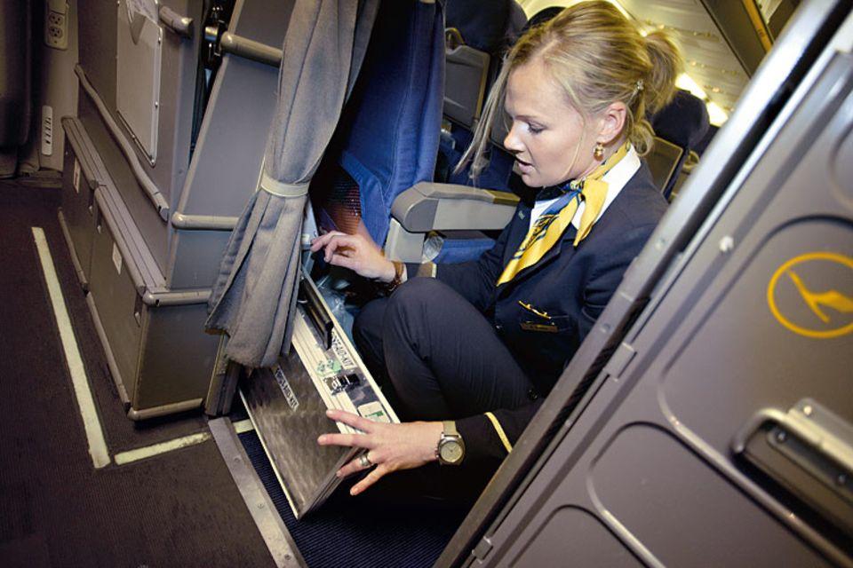 Beruf: Barbara Waldow legt los, lange bevor das Flugzeug startet! Sie öffnet die Gepäckfächer, verteilt Werbeprospekte und prüft, ob der Notfallkoffer komplett ist. Nichts darf fehlen – Nachschub gibt es am Himmel nicht