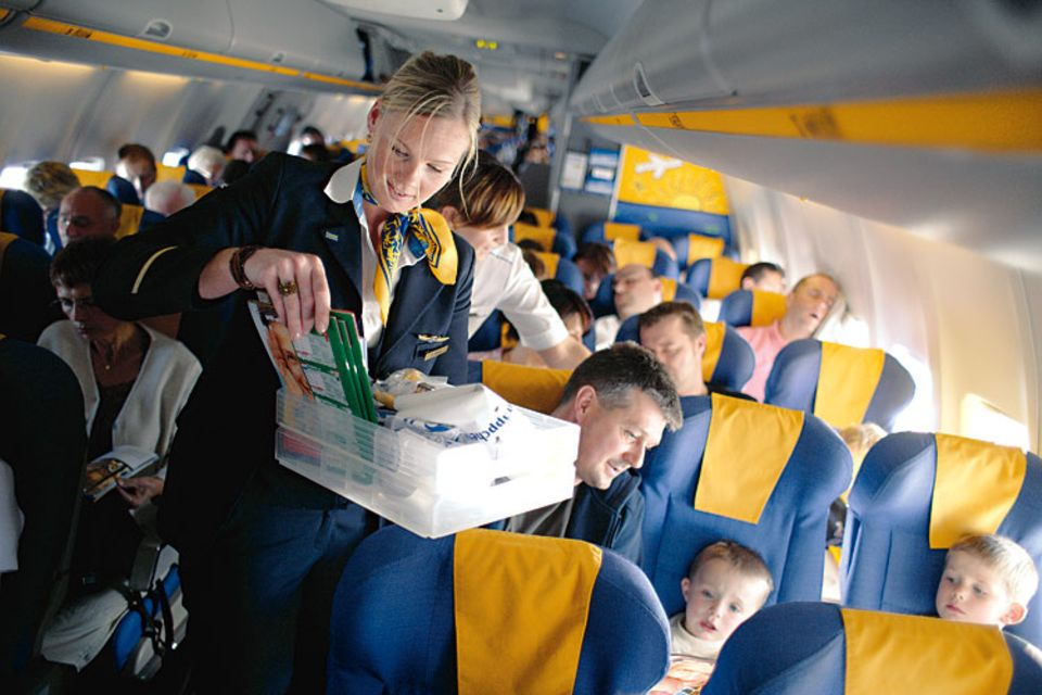 Beruf: Jeden Handgriff hat die Flugbegleiterin mit ihren Kollegen abgestimmt. In dem engen Mittelgang würden sie sich sonst auf den Füßen stehen