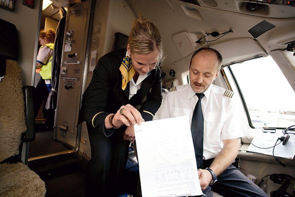 Beruf: Während des Fluges spricht Barbara über das Bordtelefon mit dem Kapitän. Erst nach der Landung in Palma können sie Dinge persönlich klären. Etwa die Passagierzahl: 205 Gäste fliegen nach Dresden zurück