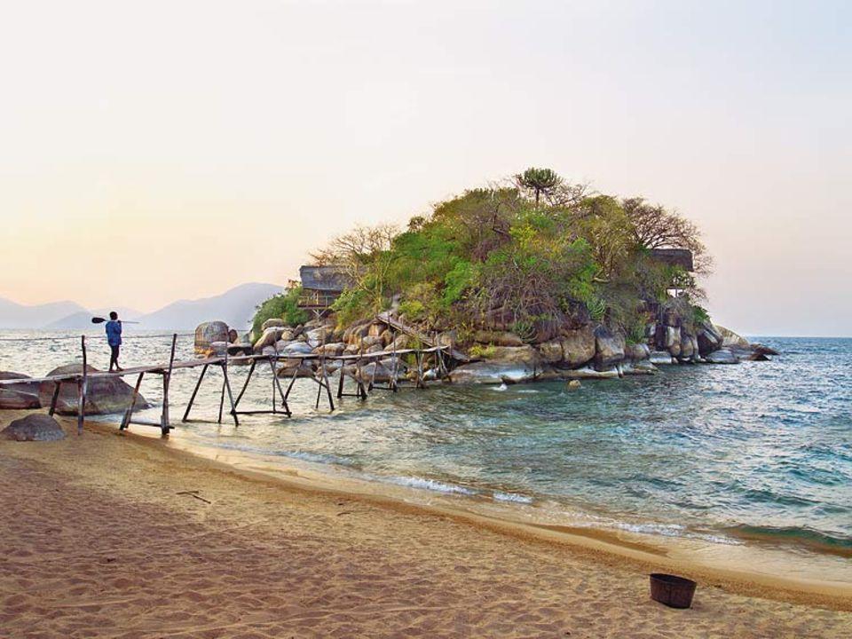 """Mumbo Island ist eine unbewohnte kleine Insel im Süden des Malawisees, auf der Reisende das verträumte Camp von """"Kayak Africa"""" finden. Sie besteht aus einer Handvoll überdachter Luxuszelte, rundherum nichts als kristallklares Wasser, zum Schnorcheln und Schwimmen bestens geeignet"""