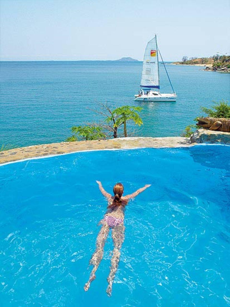 """Schwimmen mit Aussicht: Pool der """"Kaya Mawa Lodge"""", hinten ankert die """"Mufasa"""""""