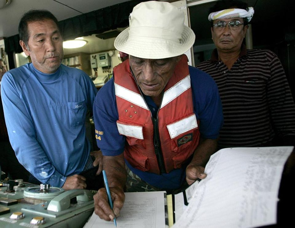 Ein Kontrolleur der Föderierten Staaten von Mikronesien checkt das Logbuch eines - legal fischenden - japanischen Fischereibootes