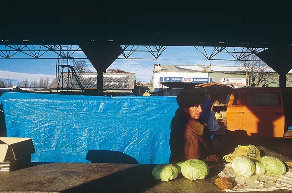 Die Händler auf dem Markt sind schon froh, wenn ihnen die Kohlköpfe ein paar Rubel einbringen