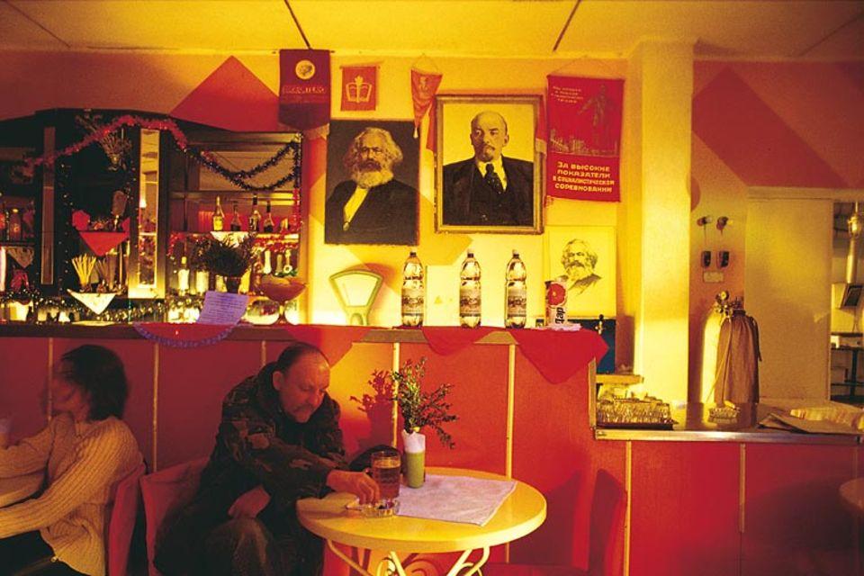 """Trinken mit Marx und Lenin: In der Bar zur """"Roten Hitze"""" in Tiraspol können Gäste den Bildnissen ihrer Chefideologen zuprosten und den alten Zeiten nachtrauern"""