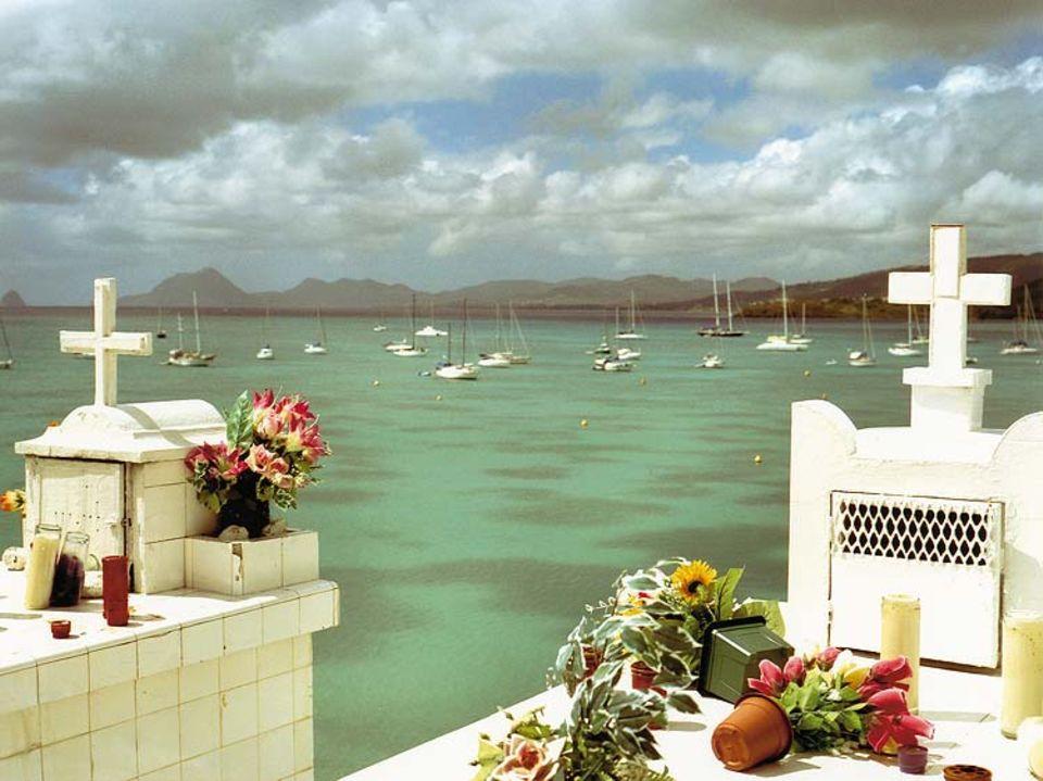 Ausblick: In Sainte-Anne auf Martinique wurde sogar der Friedhof in priveligierter Lage errichtet