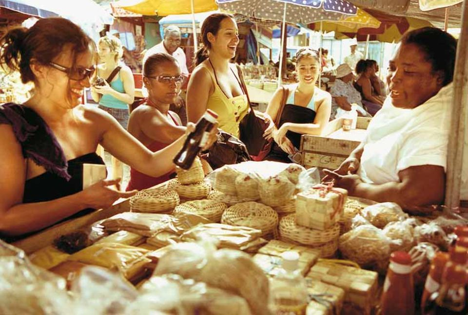 Überblick: Muskat, Curry, Vanille, Ingwer, Zimt - auf dem Markt in Grenadas Hautpstadt St. George's suchen preisbewusste Kreuzfahrerinnen nach einem würzigen Souvenir