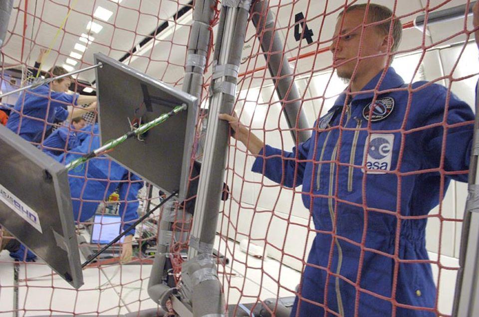 Parabelflug: Hat der Satellit den richtigen Dreh? Ansgar Heidecker von der TU Braunschweig beobachtet den Test-Kubus des BEOSAT-Teams
