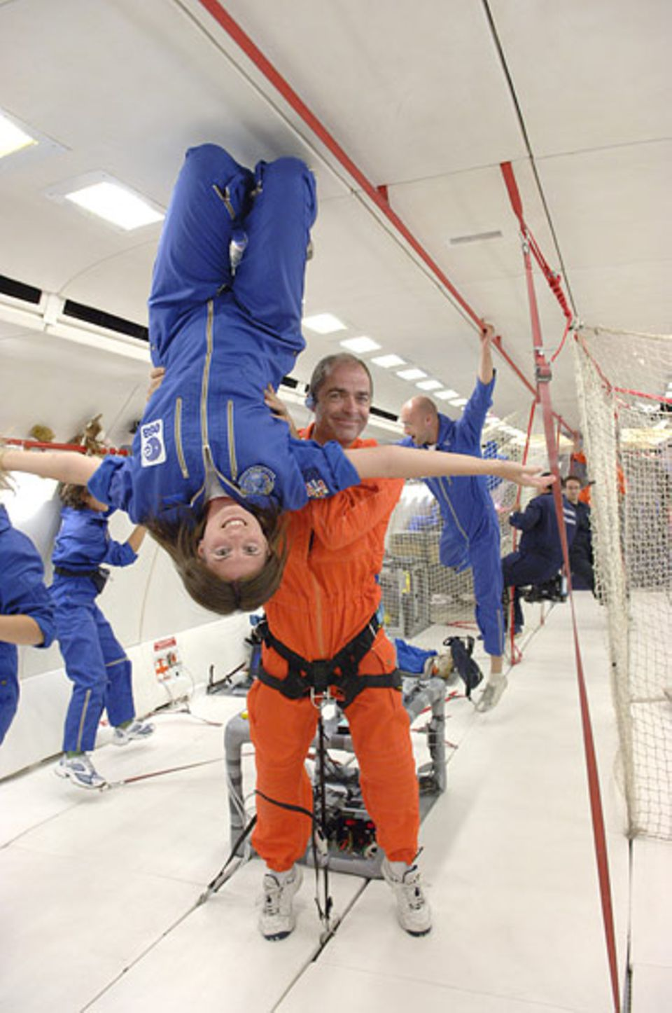 Parabelflug: Zwischen den Experimenten ist noch genug Zeit für federleichte Turnübungen