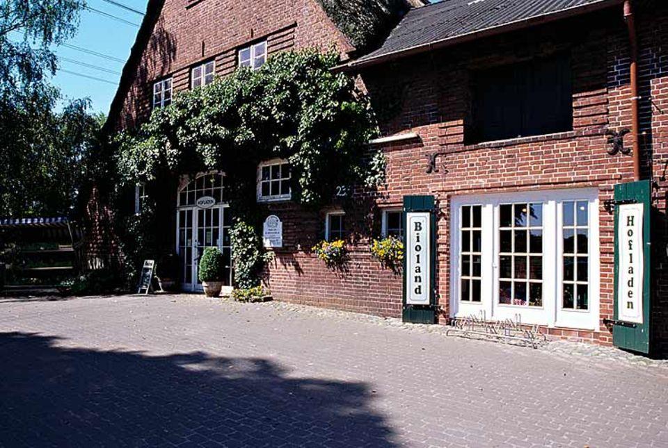 Seit neun Generationen lebt die Familie Timmermann hier. In ihrem Hofladen bietet die Familie über 3000 Produkte an