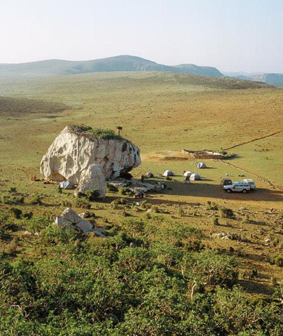 Rätselhafter Solitär: Als hätte ein Riese ihn fallen gelassen, liegt ein gewaltiger Kalksteinblock auf dem Hochplateau von Mumi. In seinem Schutz hat die Reisegruppe ihr Nachtlager aufgeschlagen