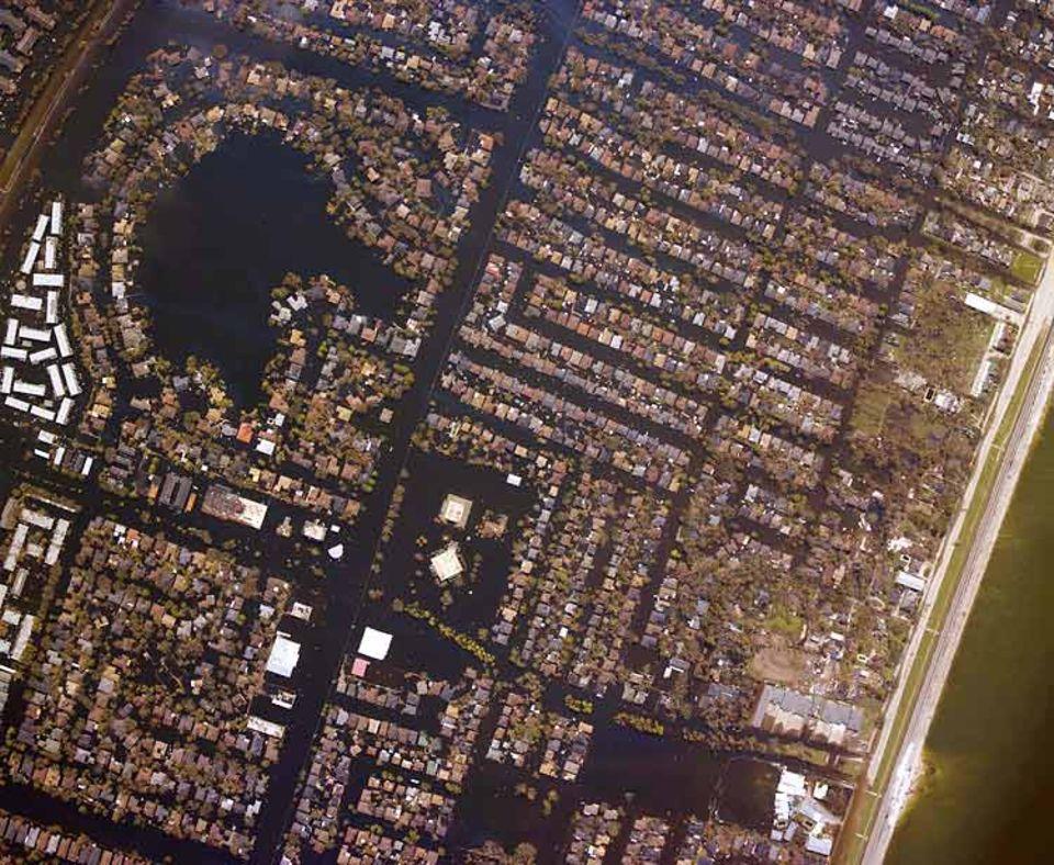 """Ein Bild der Verwüstung: Nachdem der Hurrikan """"Katrina"""" im letzten Jahr über New Orleans gefegt war, lagen rund 80 Prozent der Stadt unter Wasser. Sturmfluten hatten große Löcher in die alten Deiche gerissen"""