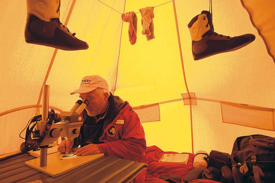 Allein die Stoffplane seines Zeltes schützt den Geologen Allan Ashworth während der Expedition im Olympus Range vor der Kälte