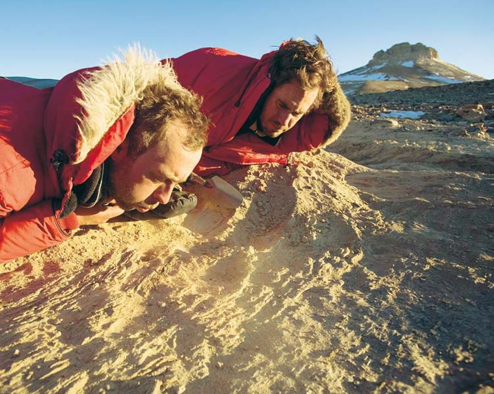 Behutsam legen die Geologen Adam Lewis und Douglas Kowalewski den Rand eines ehemaligen Gletschersees frei