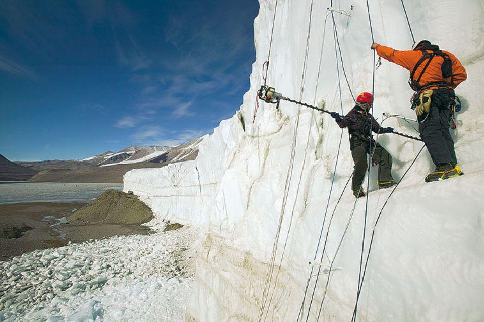 Um die Bewegung der Eisriesen zu verfolgen, bohren Glaziologen Mess-Stangen in die Klippen des Taylor Glacier