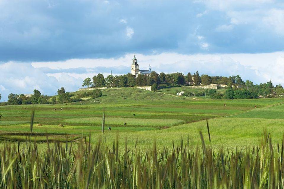 Unterwegs in einem fernen, nahen Land: Kloster Pidkamin ist nach Jahrzehnten des Niedergangs nur noch aus der Distanz ein erhebender Anblick; der Barockbau ist stark verfallen