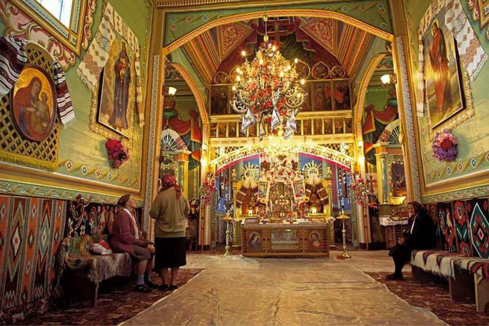 Die Kirche steht im schwer zugänglichen Tscheremosch-Tal in den Karpaten. Der Gottesdienst wird nach byzantinischem Ritus gelesen, die Gläubigen gehören der ruthenisch-katholischen Gemeinschaft an