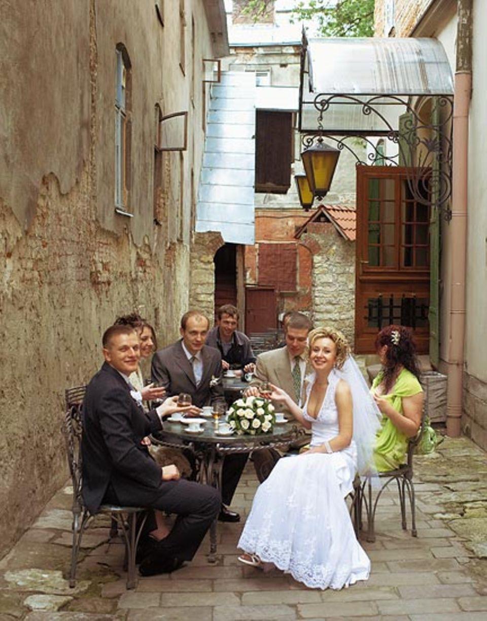 Kleines Glück: Das Hochzeitspaar im armenischen Viertel kann sich keinen Prunksaal leisten. Man blickt trotzdem optimistisch in die Zukunft - zumindest an diesem Tag