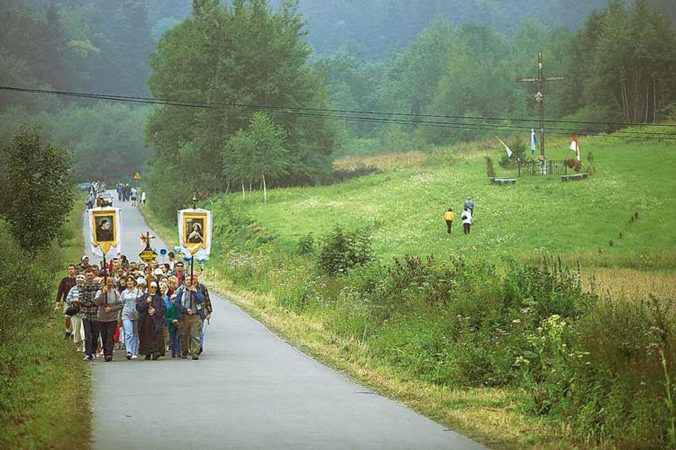 An hohen Feiertagen wandern tausende Pilger auf den Wegen nach Kalwaria Paclawska, zum katholischen Kalvarienberg an der ukrainischen Grenze