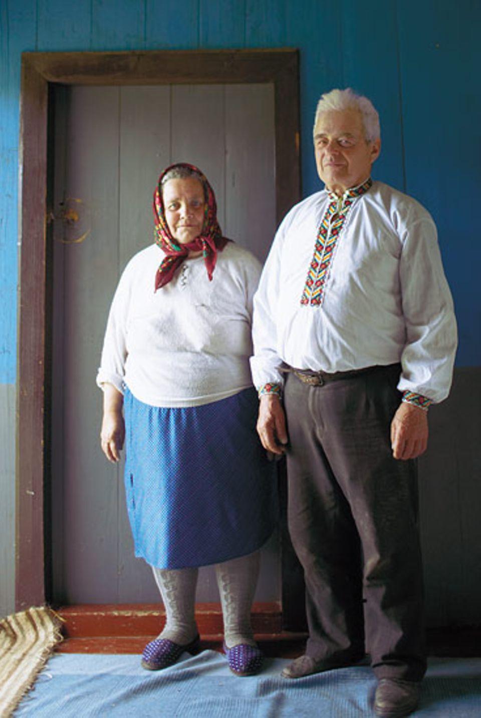 Jenseits aller Straßen lebt das Ehepaar Tafitschuk, Oberhaupt einer Großfamilie. Ein Auto besitzt hier ohnehin niemand, die Dinge des täglichen Bedarfs werden von Hand gefertigt, man erntet, schlachtet und baut an