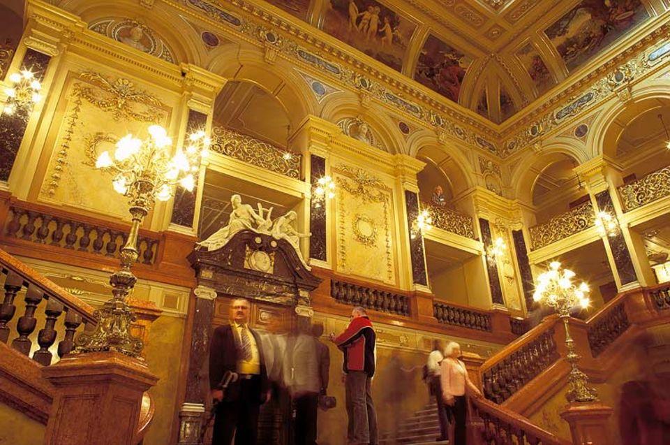 Schweres Gold: Fortwährende Kritik am überladenen Interieur der Lemberger Oper soll den Architekten Zygmunt Gorgolewski 1903 in den Selbstmord getrieben haben. Man befürchtete auch statische Probleme, doch der Musentempel überdauerte