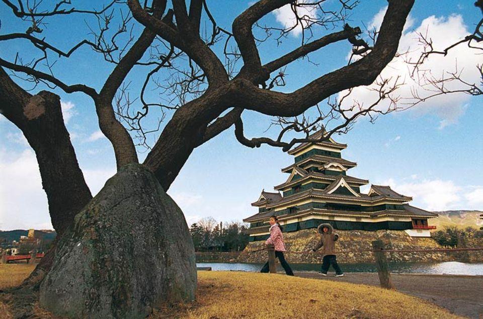 Einnehmend, aber nie eingenommen: Die über 500 Jahre alte Burg von Matsumoto ist ein Meisterwerk japanischer Baukunst. Eine Schlacht hat sie nie erlebt. Angreifer, möchte man glauben, hätten sich der Schönheit der Festung ohnehin kampflos ergeben