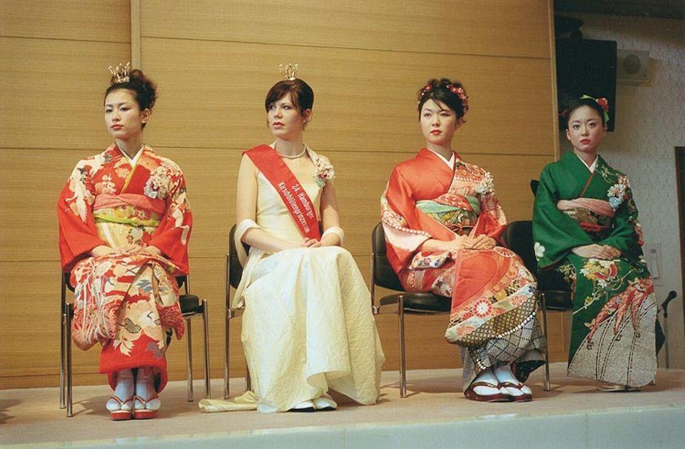 Eher rosa-weiß- als blaublütig: die Hamburger Prinzessin im Kreis ihrer japanischen Kolleginnen