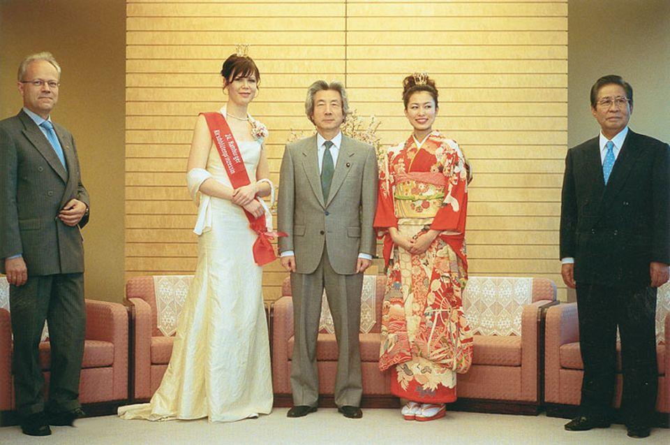 Heute ein König: Premierminister Koizumi umrahmt von deutschjapanischem Kirschblütenadel