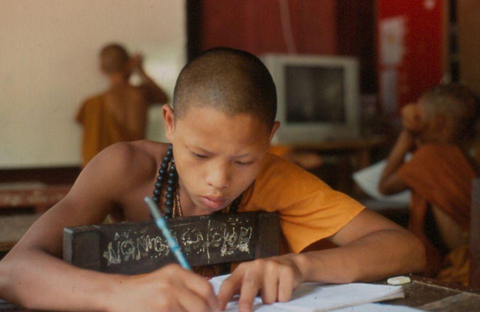Aufklärung über Drogen und das thailändische Alphabet sind ein fester Bestandteil des Unterrichts im Kloster Tham Pa Acha Tong