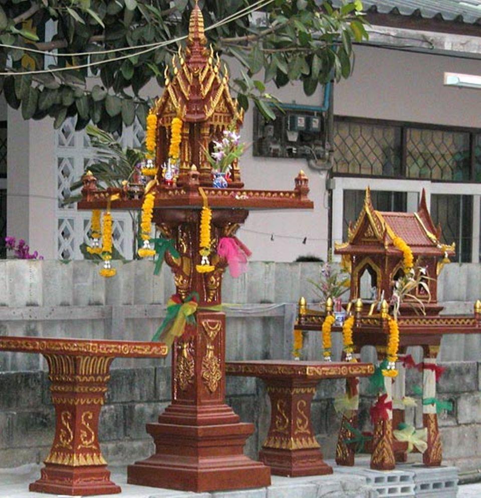 Die thailändischen Geisterhäuschen werden mit viel Mühe gepflegt und geschmückt. Der Geist soll sich wohl fühlen und Segen bringen