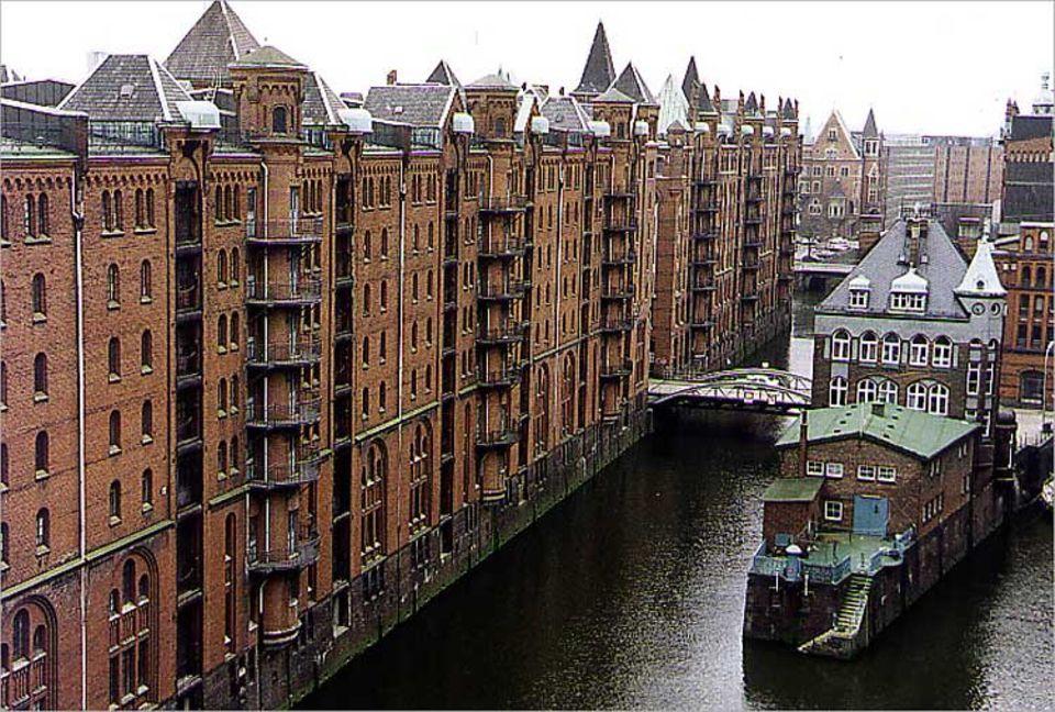 Die Austellung liegt im Herzen von Hamburg in der historischen Speicherstadt. Hier wurden früher Gewürze und Teppiche aus Fernost gelagert