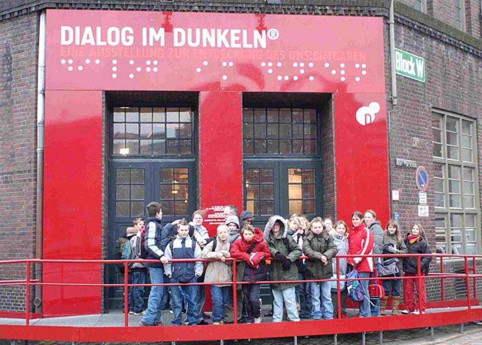 """Mal was anderes: Ein Ausflug zur Ausstellung """"Dialog im Dunkeln"""" mit der ganzen Klasse"""