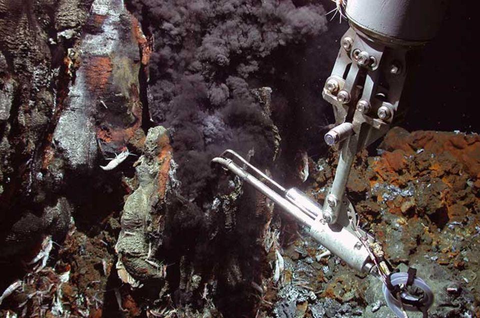 Unbekannte Tiefsee: Jetzt entdeckten Forscher die heißeste unterseeische Thermalquelle - 407 Grad Celsius heiß ist das chemikalienbeladene Wasser, das aus dem Erdspalt quillt