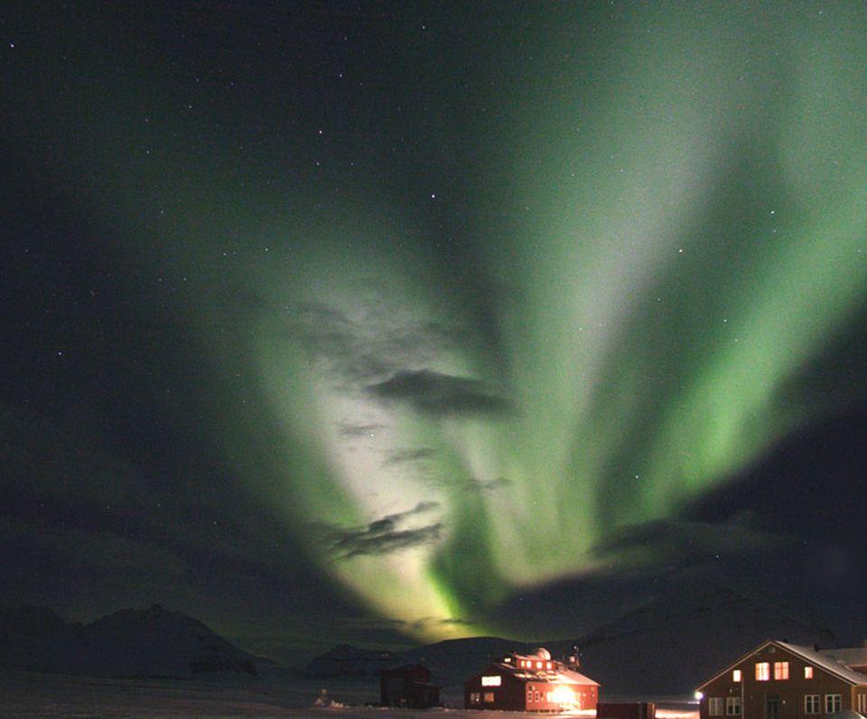 Während der Polarnacht bleibt es auch tagsüber dunkel um die Forschungsstation. Bunte Polarlichter sind am Himmel zu sehen, wenn kleine elektrische Teilchen der Sonne im Magnetfeld der Erde gefangen werden