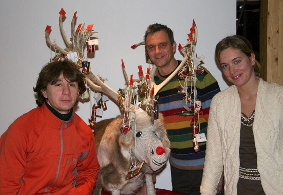 """Stationsleiter Rainer Vockenroth (links) und seine Kollegen Mareike Peterson und Cedric Couret freuen sich über ihren Adventskalender. Das Rentier haben sie """"Rudolf"""" getauft"""